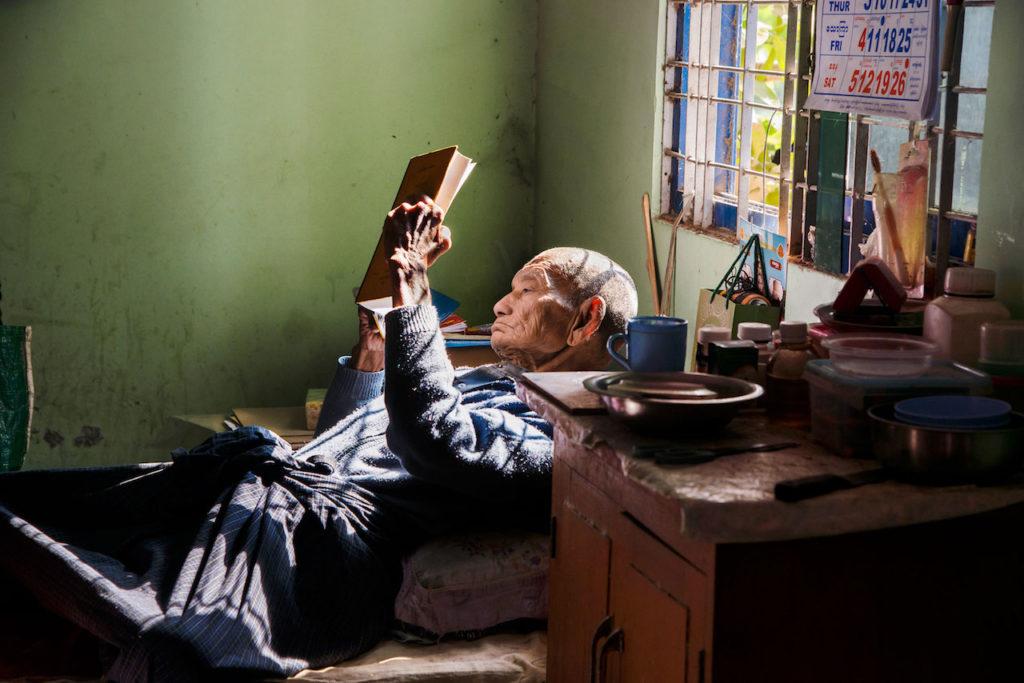 steve mccurry mostra mostra modena uomo che legge sdraiato in casa