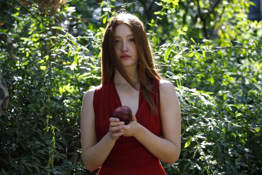 Garden Misnake Patrizia Genovesi ragazza con mela in mano