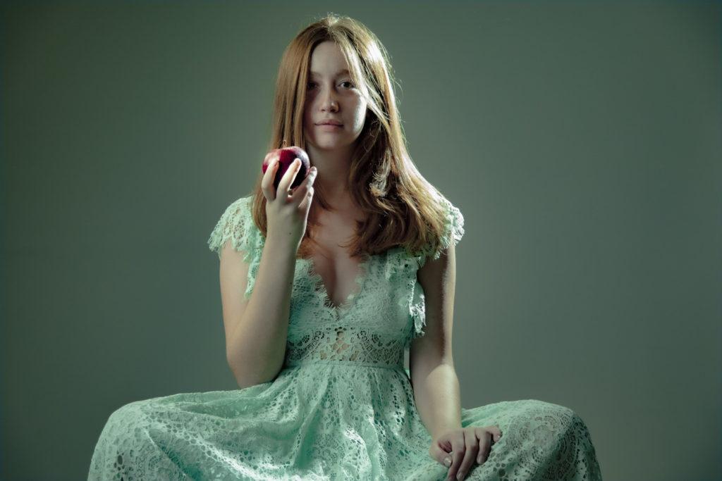 Garden Misnake Patrizia Genovesi ragazza vestita di verde con mela in mano