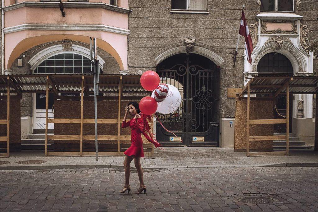 donna in rosso con palloncini_Marzio toniolo mostra cremona