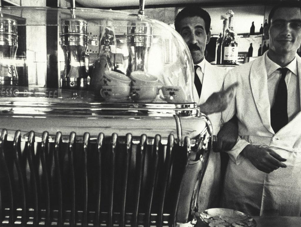 William-Klein-Koffee-machine-and-attendants
