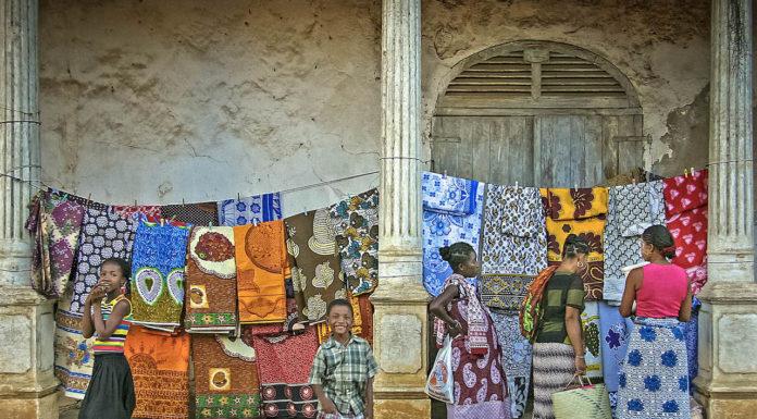 appunti di viaggio fotografi_Gianni Viviani_Mercato tessile a Nosy Be_Madagascar_2005