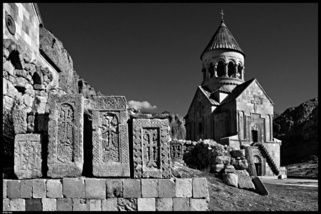 Khatchkar e Cappella di S. Astvatzatzin Noravank 2005 Elio Ciol