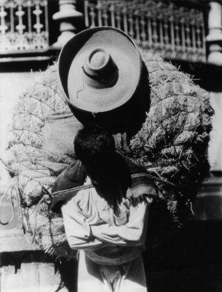 Tina Modotti Uomo che porta fieno 1928 ca